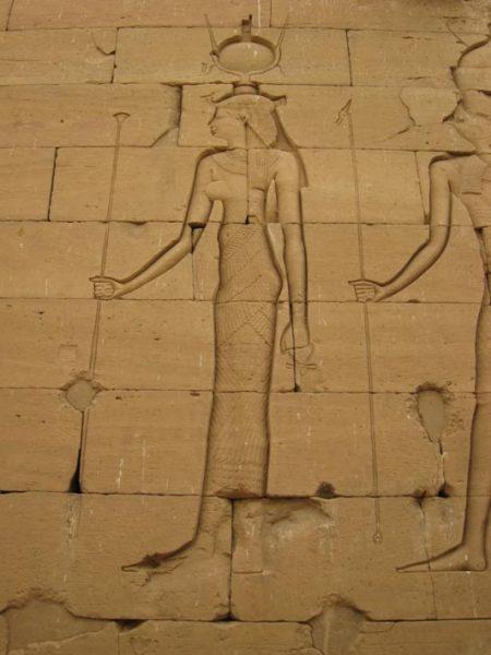 Древнеегипетский храмовый рельеф богини Исиды. Обратите внимание на урей, то есть символ змеи на её голове