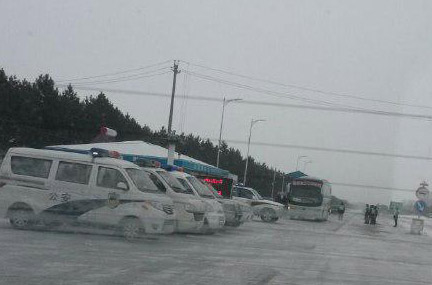 Дорога к суду Цяньцзин в Цзяньсаньцзине, 17 декабря 2014 года. Восемь адвокатов, защищающих своих клиентов, последователей Фалуньгун, должны были пересечь полицейские кордоны. Фото: Screenshot/Weibo.com