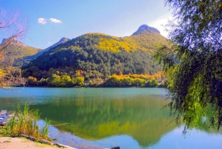 Озеро под горой Мангуп-Кале. Фото: Алла Лавриненко/Великая Эпоха