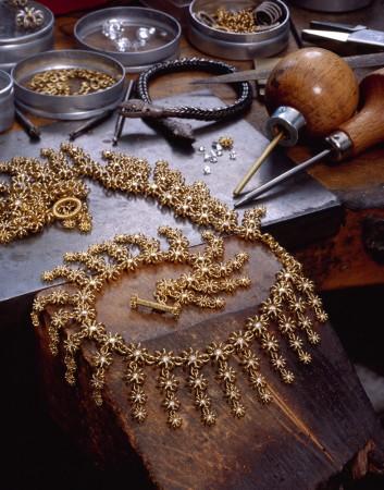 Ожерелье в виде цветов работы Люси Хескетт-Брем. Фото: Louis Brem