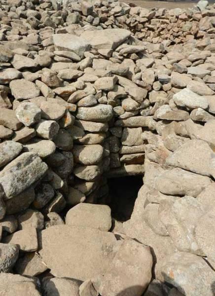 Тёмный вход в погребальную камеру, обнаруженный в центре мегалитического места. Фото: CC BY-SA 3.0