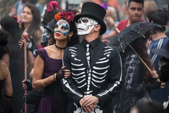 Эстрелла (Стефани Сигман) и Бонд (Дэниэл Крэйг) на параде в честь Дня мёртвых в Мехико. Фото: Metro-Goldwyn-Mayer Studios Inc./Columbia Pictures/EON Productions/Danjaq, LLC and Columbia Pictures Industries, Inc.