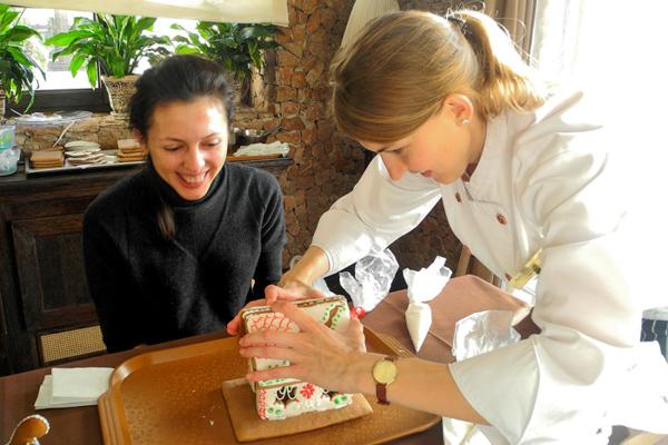 Анна Пирогова учит собирать пряничный домик. Фото: Алла Лавриненко/Великая Эпоха