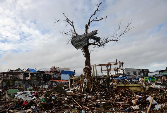 Разрушительные последствия тайфуна «Хайян». Фото: TED ALJIBE/AFP/Getty Images)