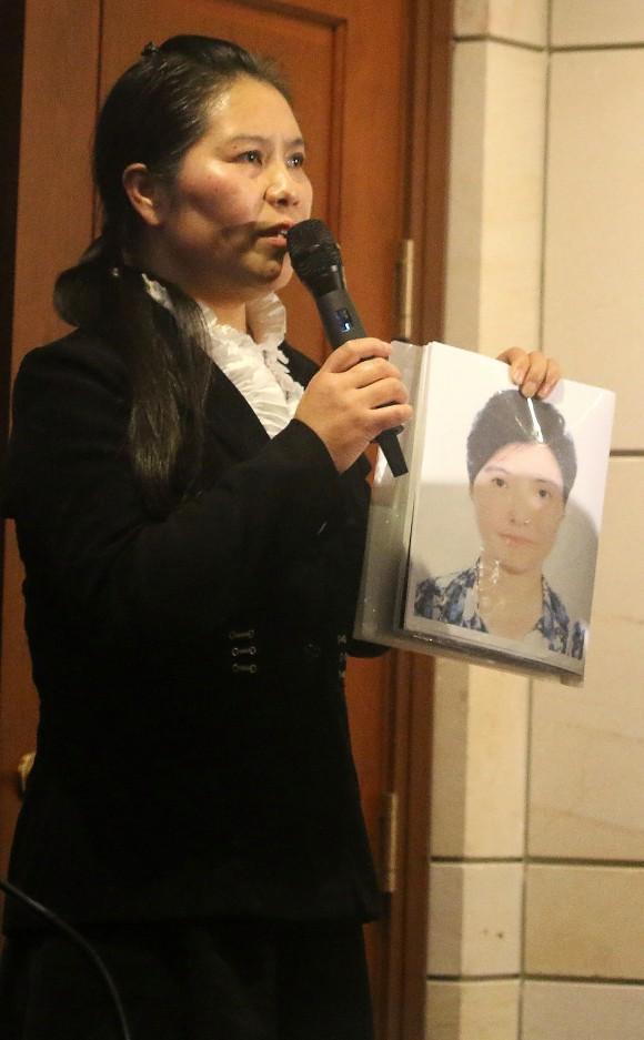 Ма Чуньмэй держит фото своей сестры Ма Чуньлин, которая бежала в Таиланд после того, как прошла через насилие в трудовом лагере Масаньцзя. Ма Чуньмэй также подверглась пыткам в Китае. Фото: Gary Feuerberg/Epoch Times