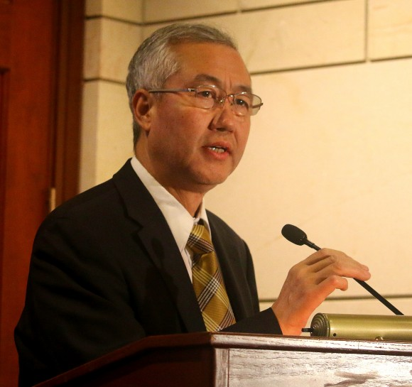 Доктор Ван Чжиюань, президент ВОРПФ, выступает на форуме 10 декабря. Он рассказал о расследовании насильственного извлечения органов у последователей Фалуньгун в Китае. Фото: Gary Feuerberg/Epoch Times
