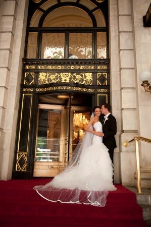 Молодожёны у Plaza Hotel в Нью-Йорке. Фото: Christine Paul Events/Photo by Anthony Vazquez anthonyvazquez.com