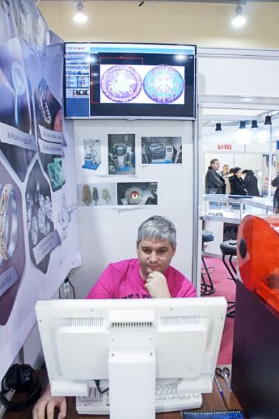 Дизайнер Крицин Алексей из компании «Арт-Ювелир» создает 3D-модель монеты, для печати на принтере. Фото: Григорий Вербенко/Великая эпоха