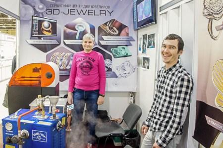 Дизайнер Крицин Алексей и его помощник из компании «Арт-Ювелир» рассказали о процессах 3D-моделирования, выращивания пластиковой заготовки монеты, очистки готового изделия паром и ультразвуком. Фото: Григорий Вербенко/Великая эпоха