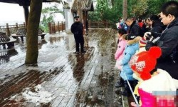 В Гуанси впервые за 40 лет выпал снег. Более 100 тысяч китайцев пришли в парк, чтобы посмотреть на эти белые осадки.