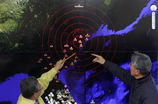 Метеорологи в Сеуле, Южная Корея, зафиксировали сейсмические волны 6 января 2016 года, после испытания Северной Кореей ядерного оружия. Фото: Chung Sung-jun/Getty Images