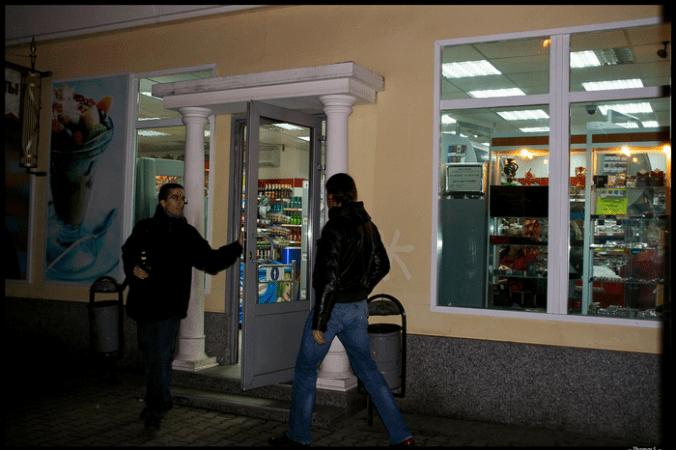 Депутаты Московской городской думы предложили запретить торговлю алкоголем в круглосуточных магазинах, расположенных в жилых домах.