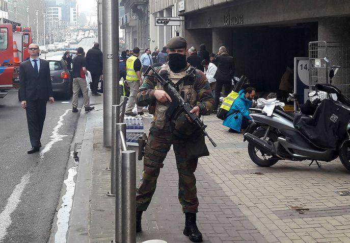 Полицейский стоит возле станции метро «Мальбек» после взрыва. Фото: CEDRIC SIMON/AFP/Getty Images