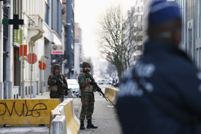 Солдаты и полицейские охраняют штаб квартиру Еврокомиссии в Брюсселе 22 марта 2016 года. Фото: Carl Court/Getty Images