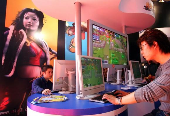 Люди играют в онлайн-игры на выставке в Пекине 4 октября 2005 г. Фото: FREDERIC J. BROWN/AFP/Getty Images