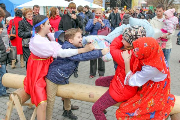 Бой подушками на пл. Нахимова увлекал участников и зрителей. Фото: Алла Лавриненко/Великая Эпоха