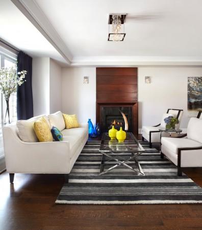 Нейтральный цвет стен и мебели можно оживить яркими декоративными элементами. Фото: Lisa Petrole Photography