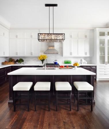 Светлый верх кухни зрительно увеличивает пространство. Фото: Lisa Petrole Photography
