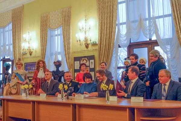Торжественное подписание соглашение между театром и вузами Севастополя. Фото: Алла Лавриненко/Великая Эпоха