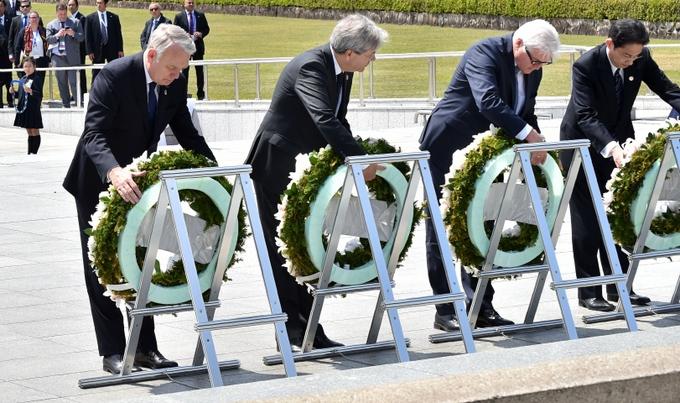 Дипломаты возлагают венки к мемориалу жертвам бомбардировки Хиросимы. Фото: KAZUHIRO NOGI/AFP/Getty Images