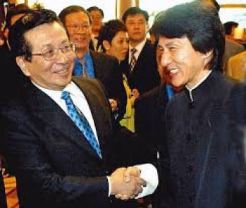 Джеки Чан жмёт руку Цзэн Цинхуну. Фото: Internet Photo