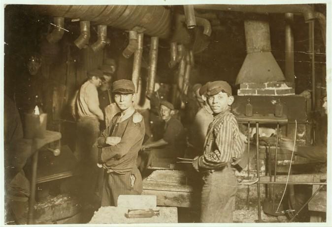 Юный стекольщик в ночную смену. Индиана, август 1908 г. Фото: L.W. Hine/LOC