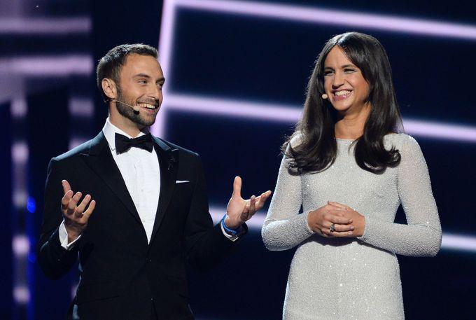 Ведущие конкурса Монс Сельмерлёв и Петра Меде. Фото: JONATHAN NACKSTRAND/AFP/Getty Images