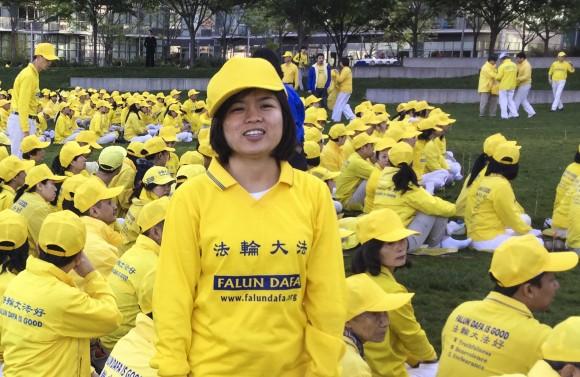Тран Ти Транг, последовательница Фалуньгун из Вьетнама, участвует в формирование иероглифов в парке Гантри 12 мая 2016 г. Фото: Frank Fang/Epoch Times