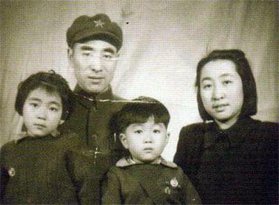 Линь Бяо и Е Цюнь с детьми. Фото из книги «Новейшая история Китая»
