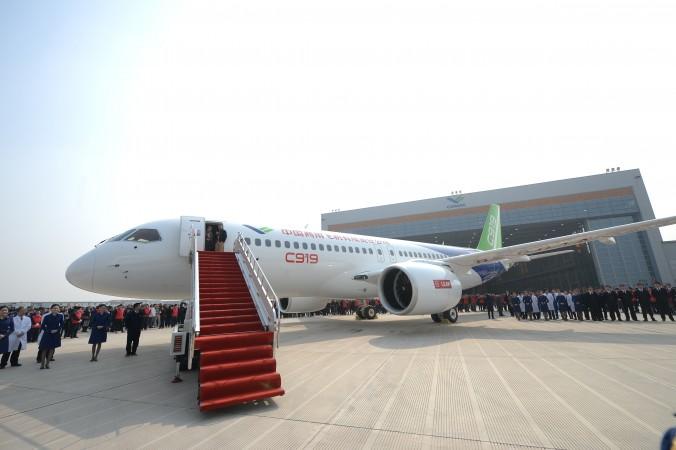 Первый китайский крупный пассажирский лайнер собственной разработки C919 представлен после того, как сошёл с конвейера в Шанхайской авиастроительной корпорации, Шанхай, 2 ноября 2015 года. Фото: ChinaFotoPress/Getty Images