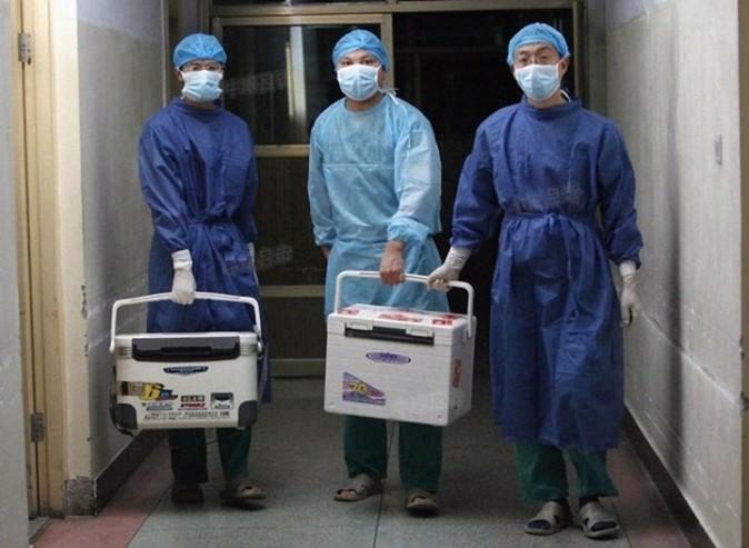 Китайские врачи несут свежие органы для пересадки в госпитале в провинции Хэнань 16 августа 2012 г. Фото: Screenshot/Sohu.com