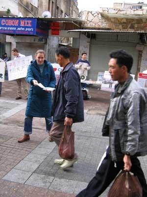 Тель-Авив, Израиль: Китайцы берут спецвыпуск газеты ВЭ *9 Комментариев о компартии*. Фото: Хани Левин/Великая Эпоха