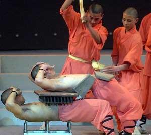 Монахи Шаолинь из провинции Хэнань, Китай, показывают свое искусство на выступлении в Джакарте. Фото: Adek Berry/AFP/Getty Images
