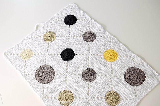 Hæklet håndklæde af firkanter