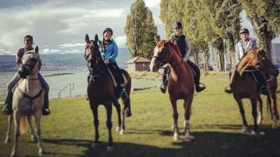 le sourire de 4 cavalières heureuses après une randonnée à cheval entre Lac de Neuchâtel et Lac de Morat, en Suisse