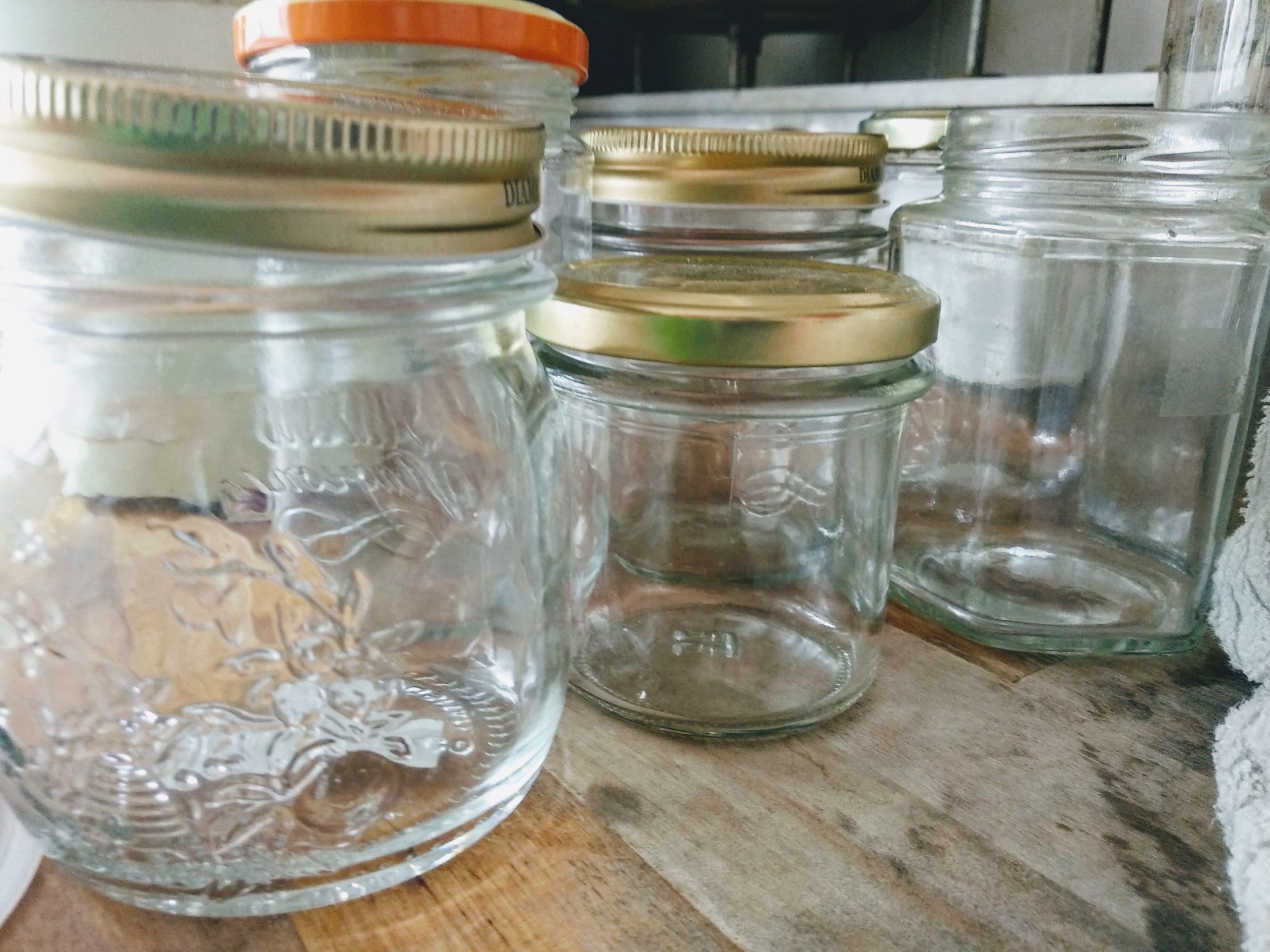 Come togliere le etichette dai barattoli di vetro e riciclarli