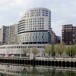 """Alberga el hotel Vincci Consulado de Bilbao, de cuatro estrellas. Dispone de 93 habitaciones, entre ellas 6 suites, salones de reuniones, el restaurante """"Kondutxo"""". Con vistas a la ría de Bilbao y junto al Guggenheim."""