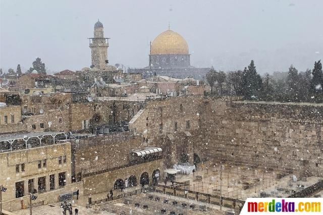 Selain wilayah Tepi Barat, salju juga menyelimuti kompleks Masjidil Aqsa di Jerusalem.