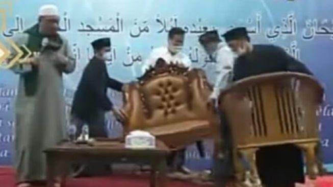 Ustadz Yahya Waloni marah ke panitia pengajian. Minta kursinya diganti / [tangkapan layar Youtube Zhinyal Islam]