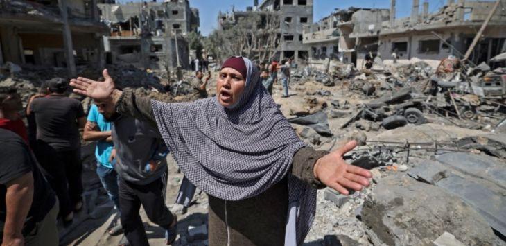 Warga Palestina di Jalur Gaza meratapi rumah dan bangunan yang hancur karena serangan masif Israel. Foto Al Jazeera
