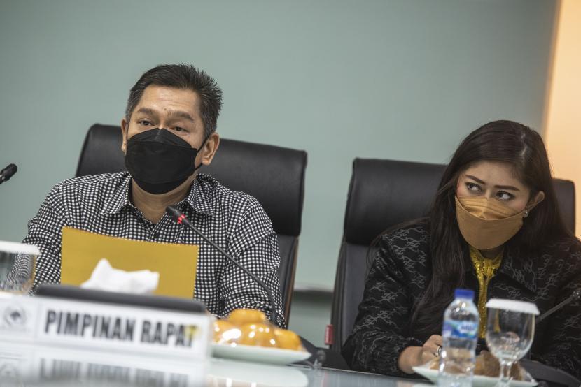 Ketua Bidang Hukum DPP Partai Golkar Adis Kadir (kiri) didampingi Ketua DPP Partai Golkar bidang MPO Meutya Hafid (kanan) memberikan keterangan pers pascapenahanan Azis Syamsuddin oleh KPK, di Ruang Fraksi Partai Golkar, kompleks Parlemen, Senayan, Jakarta, Sabtu (25/9/2021). Partai Golkar menyatakan bahwa Azis Syamsuddin telah menyampaikan surat pengunduran dirinya sebagai Wakil Ketua DPR periode 2019-2024 dan menghormati proses hukum yang saat ini dijalankan oleh KPK.