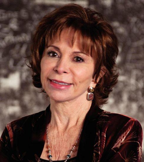 Isabel Allende componiendo una sonrisa social