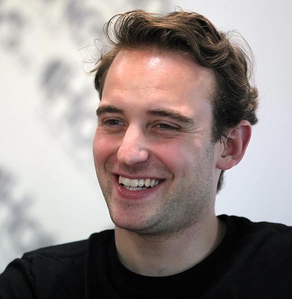 Joel Dicker en con una auténtica sonrisa