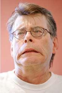 Stephen King realizando un gesto de miedo