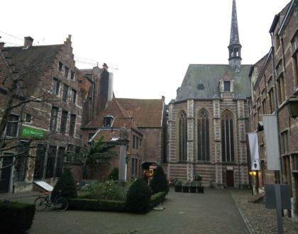 Una plaza: dos teatros y una gran iglesia