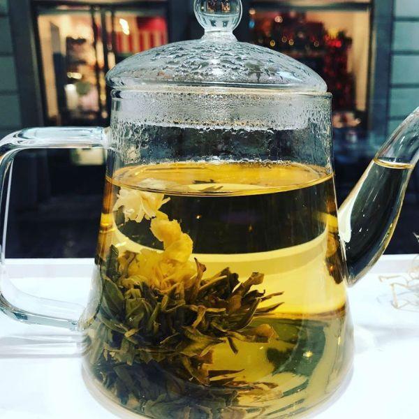 Tè - fiore da tè sbocciato in teiera - Erbainfusa | Erboristeria Erbainfusa Como | Shop Online