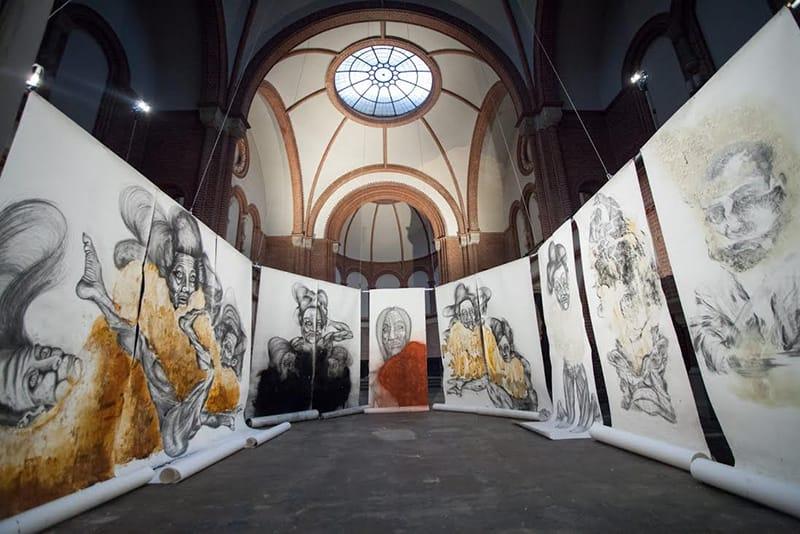 רועי חפץ - מראה הצבת התערוכה ״וידויים״ במבנה ששימש בעבר ככנסיה בברלין, 2014. צילום: יואכים