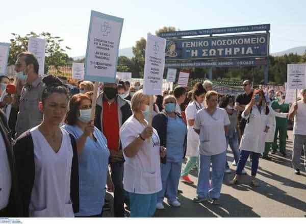 Ο κόσμος χειροκροτεί τους εργαζόμενους των Νοσοκομείων που διαμαρτύρονται και ζητούν μονιμοποίηση (Video)