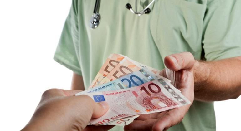 Πανεπιστημιακός γιατρός ζήτησε φακελάκι 5.000 ευρώ από ασθενή