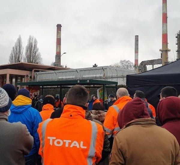Γαλλία: H Total κλείνει διυλιστήριό και απολύει 700 εργαζόμενους που εξήγγειλαν απεργία διαρκείας